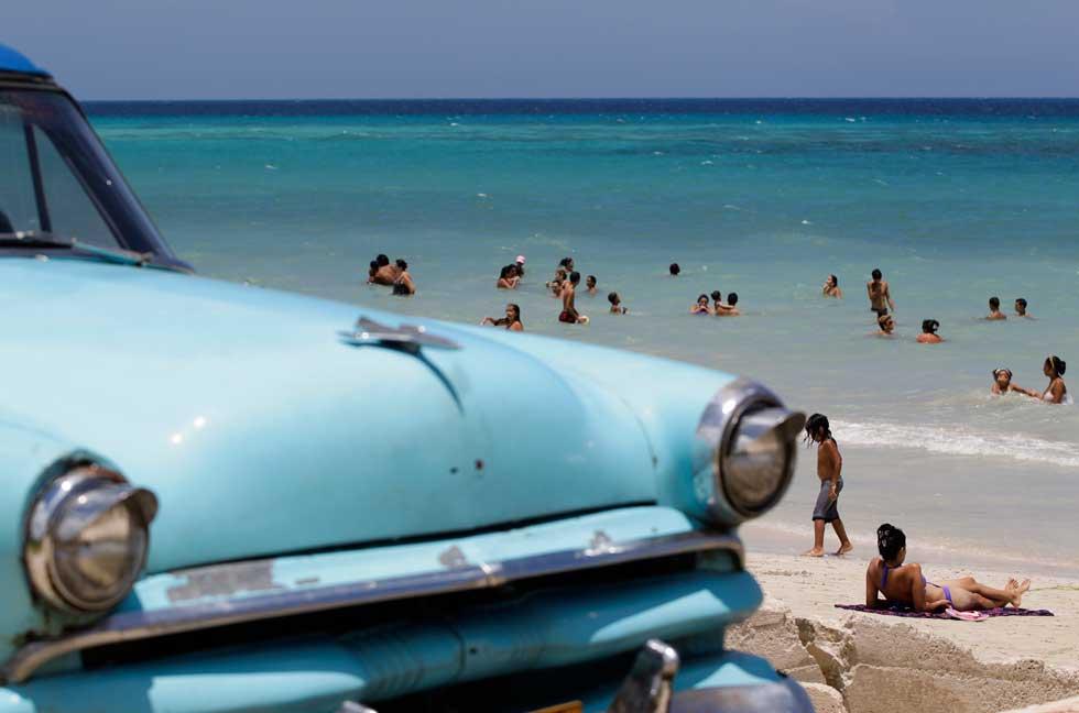 Na praia, nos arredores de Havana. Na imagem, um Ford de 1954