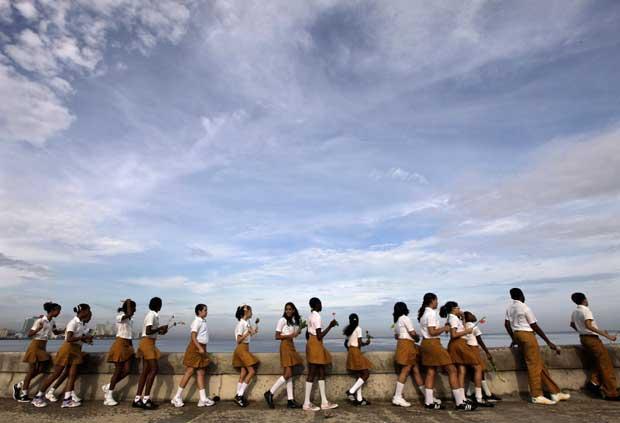 Jovens estudantes, após uma cerimónia em que atiraram flores para o mar em homenagem a um