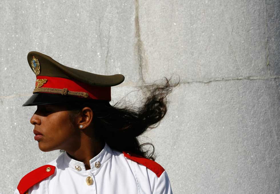 Uma soldado cubana perto do monumento à independência de Cuba