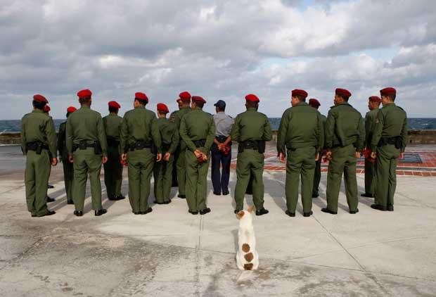 Soldados e um fiel companheiro na avenida El Malecón