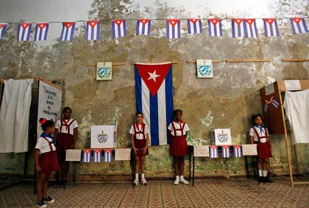 Jovens estudantes perto das urnas de voto durante umas eleições em Havana