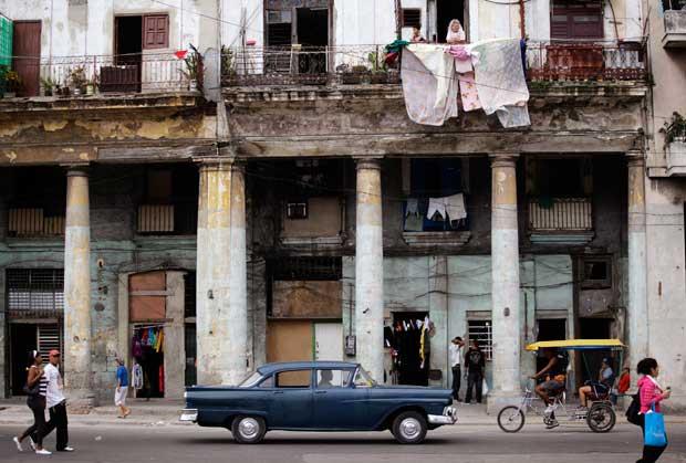 Numa rua de Havana, entre carro vintage, fachada colonial em decadência e algumas das primeiras lojas privadas autorizadas no país