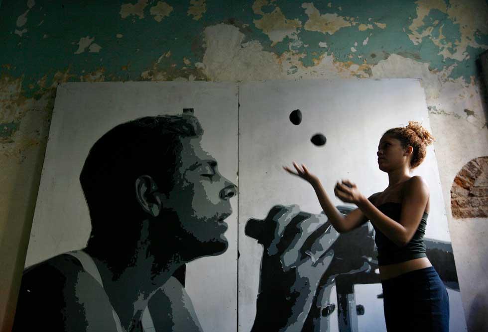 Claudia, uma actriz, treina na sua casa em Havana