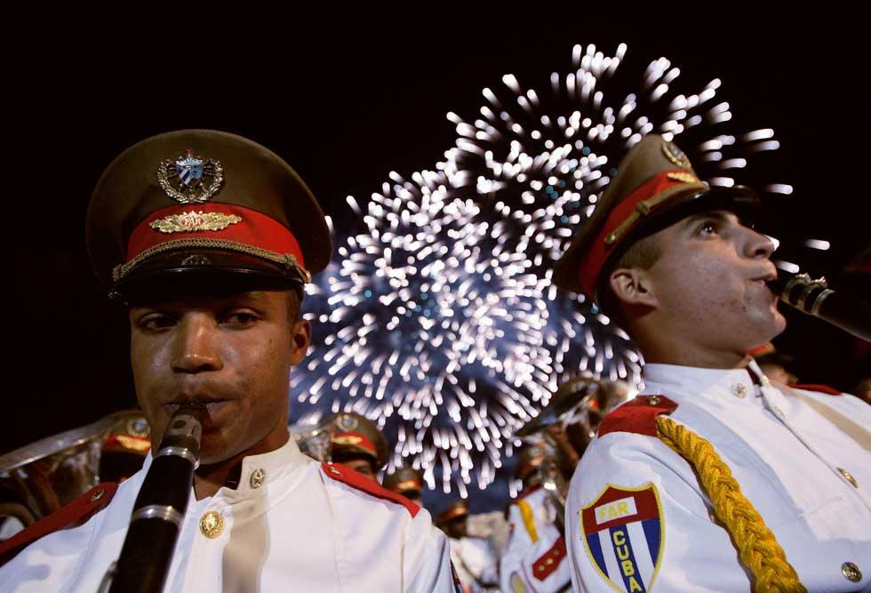 Membros de uma banda militar acompanham a pirotecnia da festa que celebrou um aniversário da entrada de Castro em Havana, em 1959