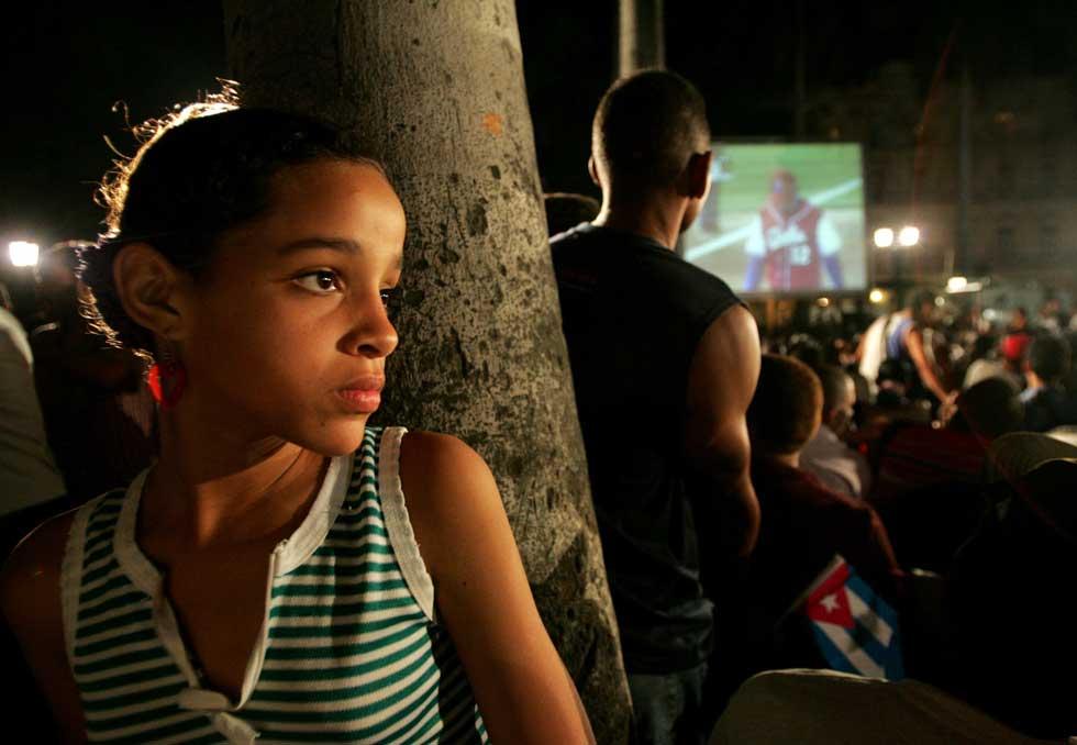 Um olhar de curiosidade durante a transmissão de uma final de basebol entre Cuba e o Japão