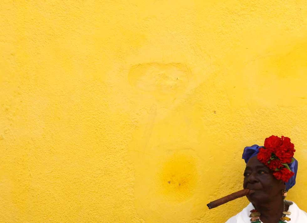 Uma artista de rua aguarda os turistas numa rua de Havana