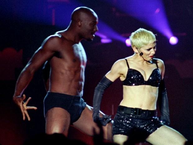 Madonna em poses sensuais com um dançarinonum concerto emBuenos Aires - 1993