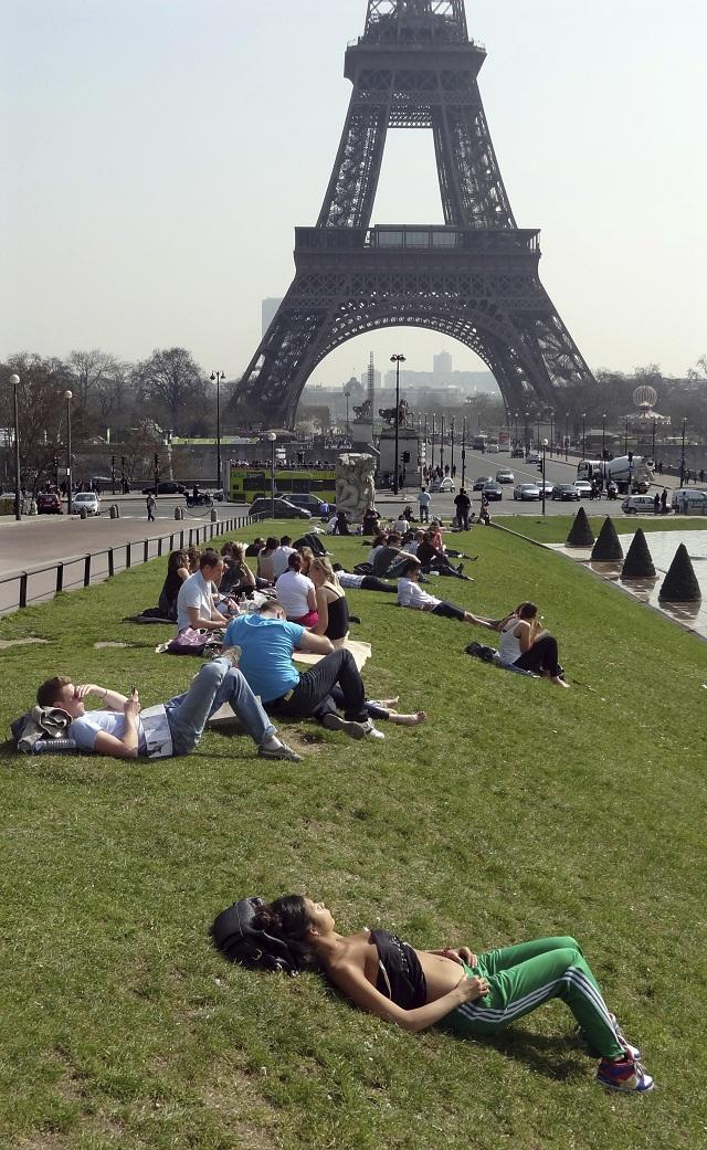 FRANÇA, Paris. 23-03-2012. Temperaturas de Verão levaram muitos a aproveitarem o sol pelos jardins parisienses