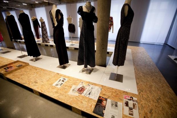 Três vestidos deAna Salazar e recortes de revistas com imagens de peças de início de carreira