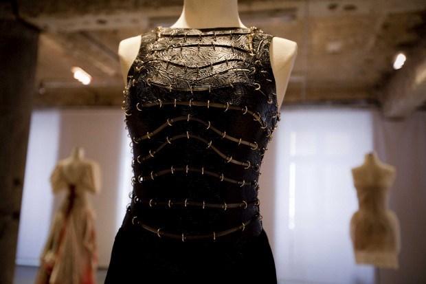 Vestido com corpete em pele gravada em alto relevo. Miguel Vieira,1986