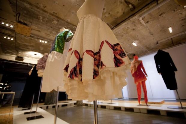 Saia com estampado DJ (2005) e vestido com recortes e brilhos (2012), de Maria Gambina