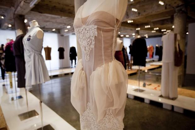 Vestido de organza de seda com aplicações de renda de calais bordada, da dupla Storytailors