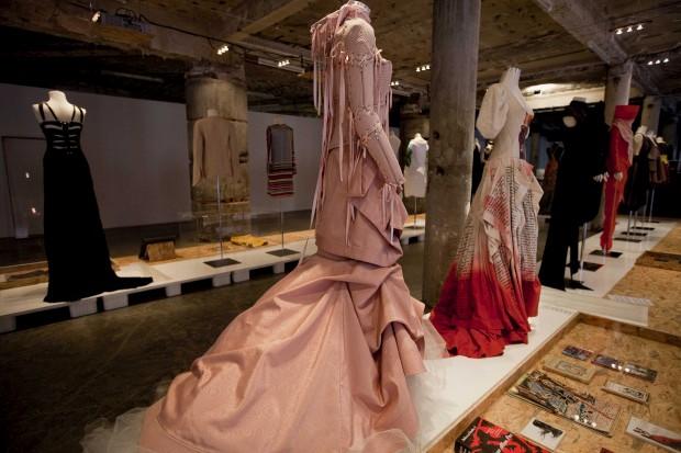 Em destaque à esquerda, corpete em jacquard de viscose e saia em moiré de algodão. Storytailors, 2011