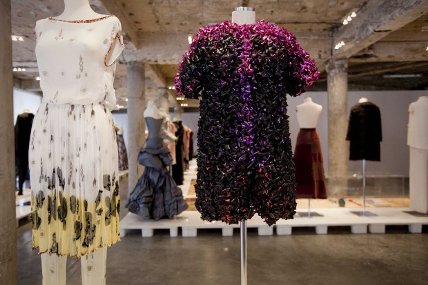 Vestido e calças estampados (2012) e peça feita com laços de Natal em plástico e cetim (2010), deRicardo Preto