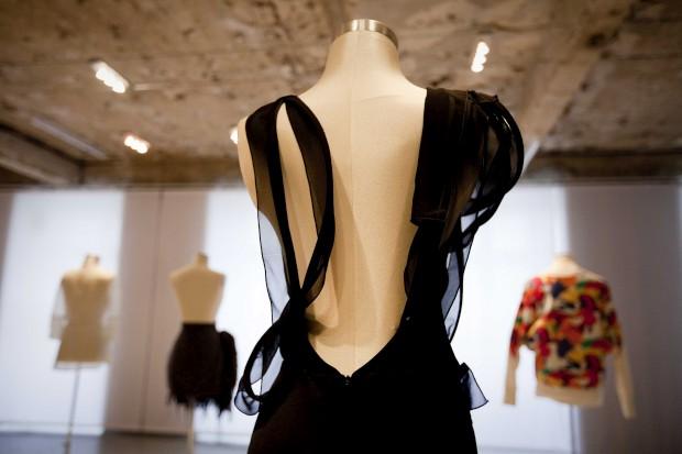 As costas de um vestidode sablé de seda, decorado com tiras de mousseline.Ana Salazar, 2012