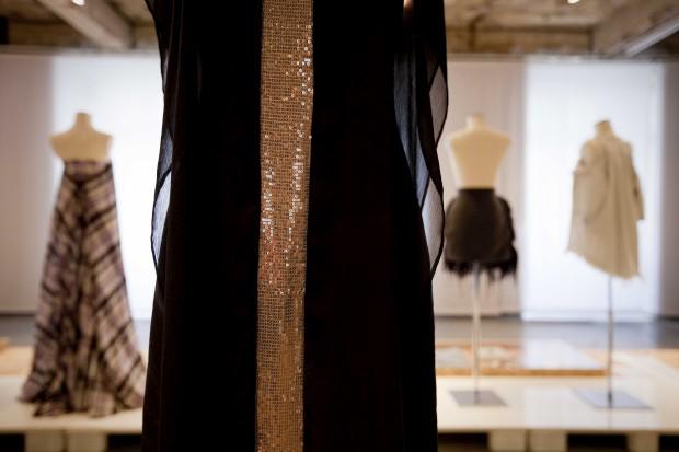 Vestido preto de seda e poliéster com lantejoulas. José António Tenente, 2012