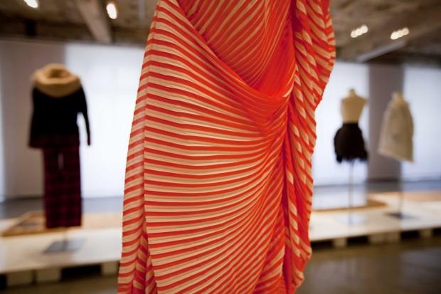 Pormenor de vestido assimétrico em plissado 100% poliéster. Luís Buchinho, 2012