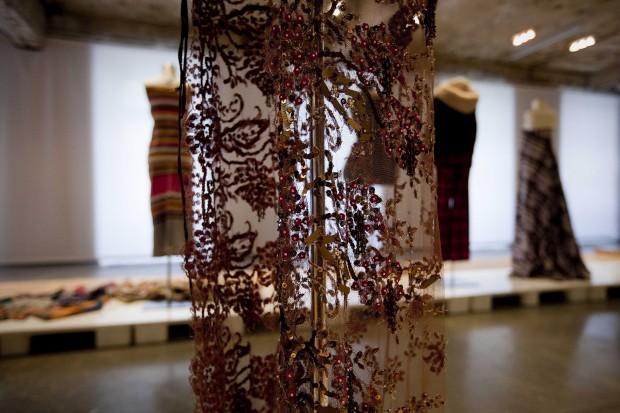 Odetalhe de um vestido em renda bronze. Fátima Lopes, 2003