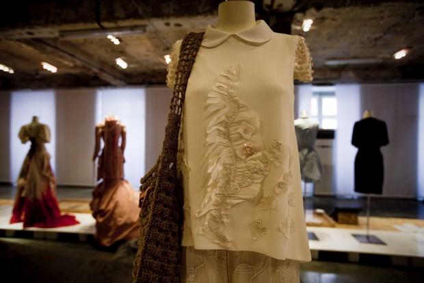 Top com aplicações em seda bordada e saco de juta.Anabela Baldaque, 2012