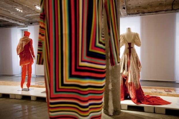 Pormenor do vestido de riscas coloridas em seda e elastano. Lidija Kolovrat, 2012