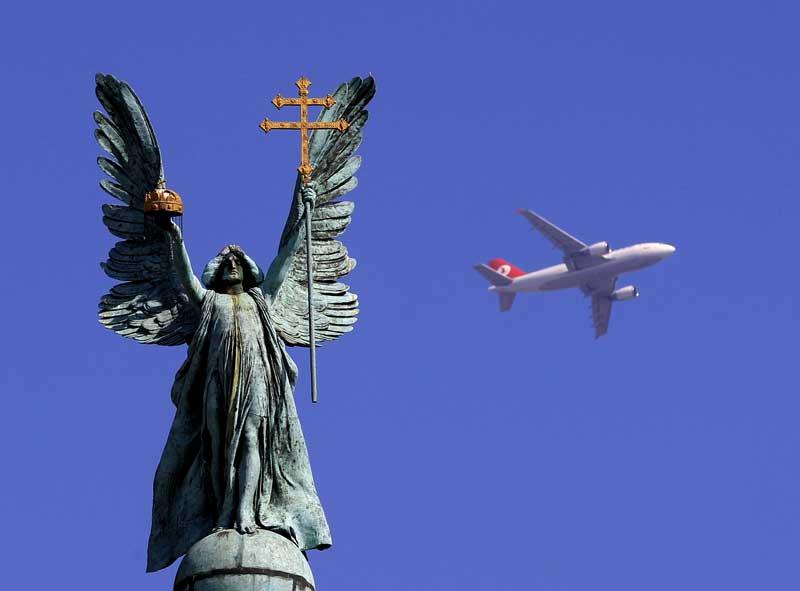 HUNGRIA, 17.03.2012. Um avião cruza a Praça dos Heróis, em Budapeste.