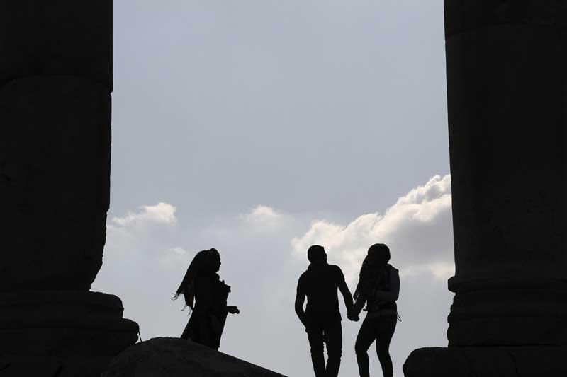 JORDÂNIA, 02.04.2012. Turistas junto aos pilares da cidadela de Amã