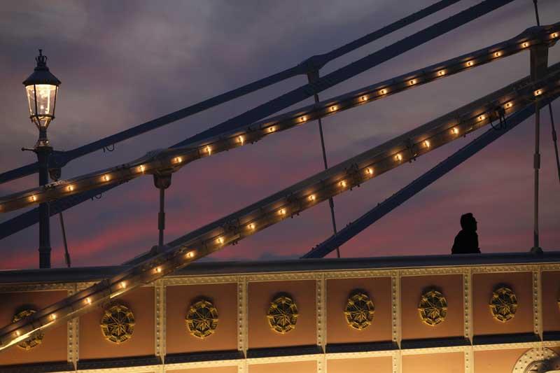 REINO UNIDO, 02.04.2012. Na Albert Bridge, a caminho de Chelsea vindo de Battersea, ao pôr-do-sol