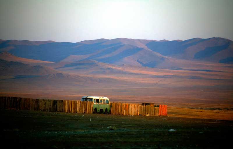 Uma velha carrinha russa nà porta de uma casa numa aldeia de mineiros
