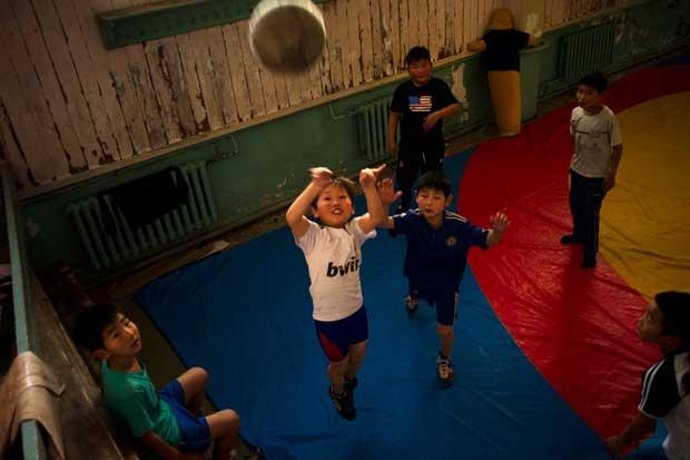 Num ginásio da capital, os pequenos mongóis jogam basquete