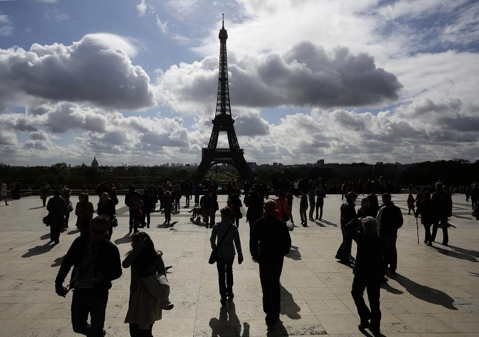 FRANÇA, 11.04.2012. Sombras num terraço com vista para a Torre Eiffel, Paris