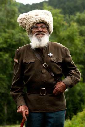 Um antigo combatente da 2.ª Guerra Mundial na sua aldeia, junto ao lago Baical