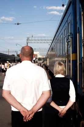 Dois atentos assistentes do comboio