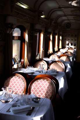 Um dos dois restaurantes a bordo