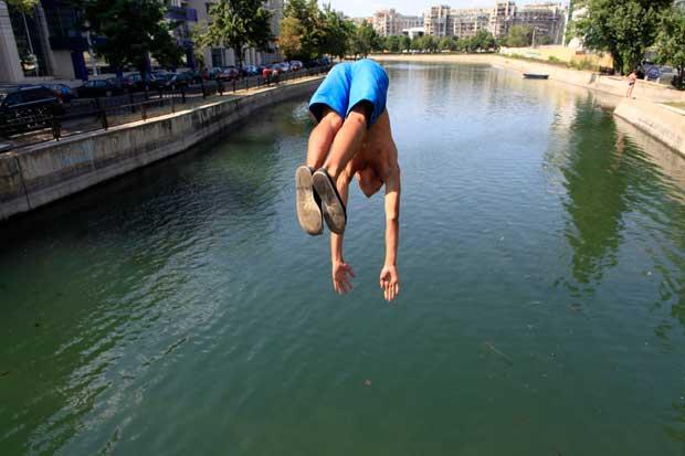 Um mergulho no rio num dia quente de Bucareste