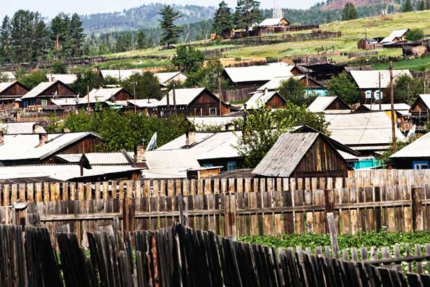 As casas em madeira compõem um quadro constante pela Sibéria