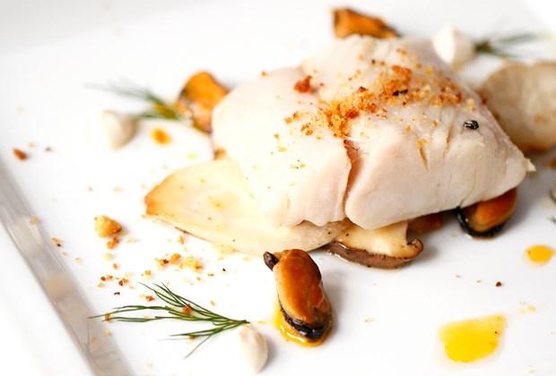 A pescada preparada pelo chef Fausto Airoldifoi servida acompanhada de mexilhões fumados de conserva, broa tostada e boletos (cogumelos) salteados com molhoaioli