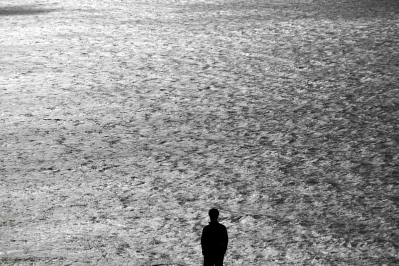 O mar do Corvo e a silhueta de Gonçalo Tocha, o realizador de