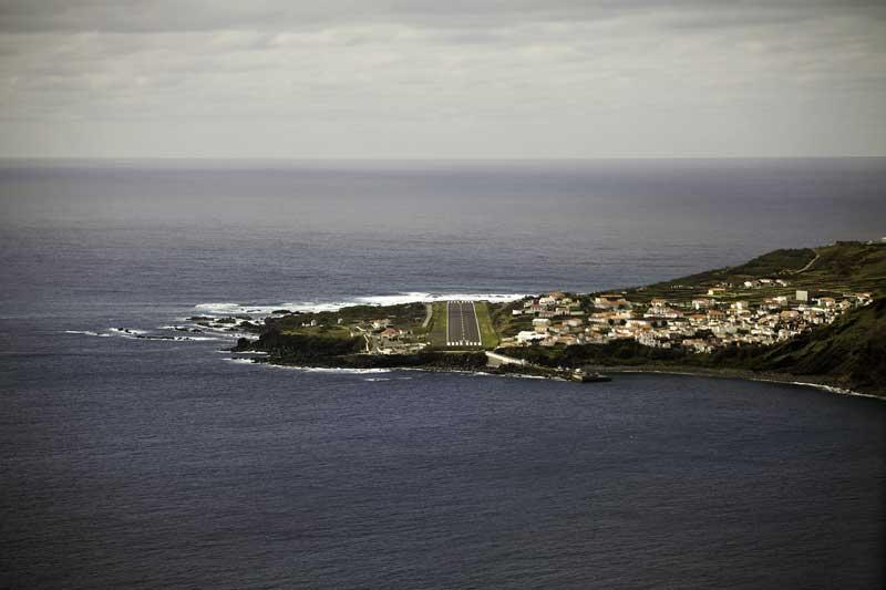 Vista aérea da Vila do Corvo com a pista do aeródromo ao centro