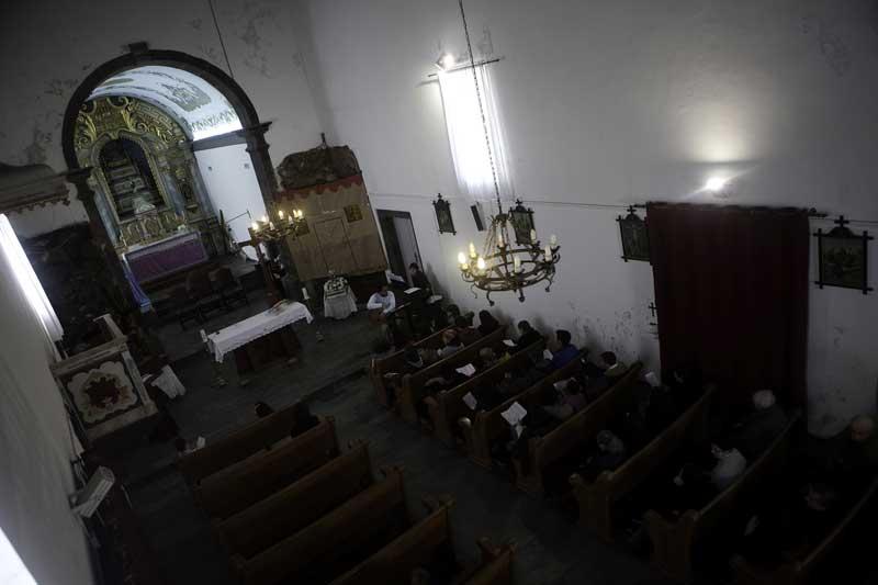 A igreja é um centro da vida da vila