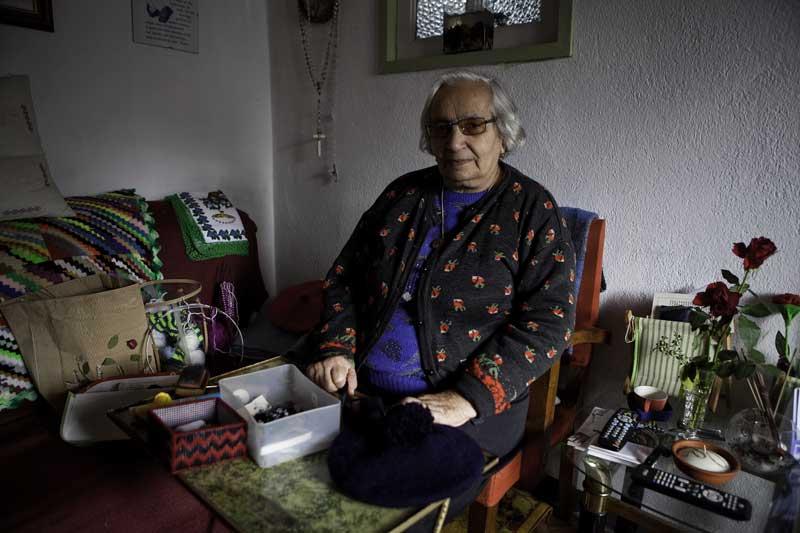 A sehora Inês, especialista em artesanato corvino, nomeadamente nas típicas boinas da ilha