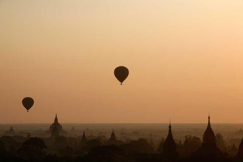 Balões de ar quente sobre Bagan, antiga capital, principal área arqueológica e atracção turística do país