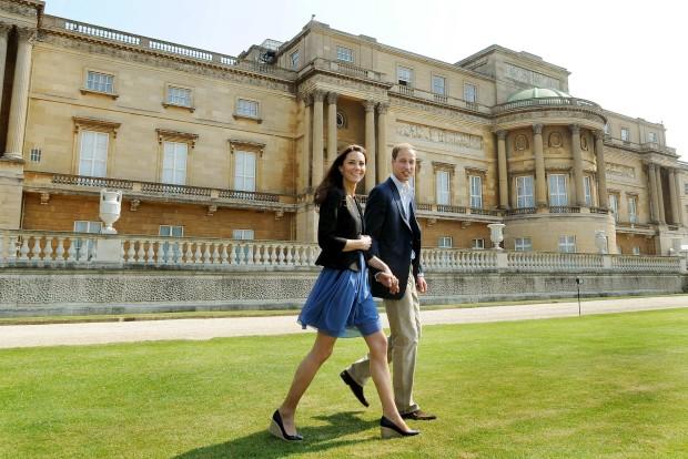 Abril de 2011 - A primeira foto após o casamento, Wlliam e Catherine juntos no Palácio de Buckingham