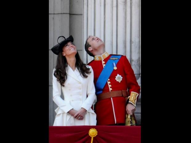 Junho de 2011 – Numa das varandas do Palácio de Buckingham assistindo a um espectáculo aéreo depois da cerimónia do Trooping the Colour.