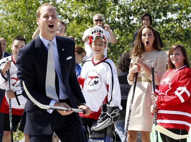 Julho de 2011 – Em visita ao Somba K'e Civic Plaza , William e Catherine gritam pela tacada falhada do príncipe. Na visita oficial ao Canadá