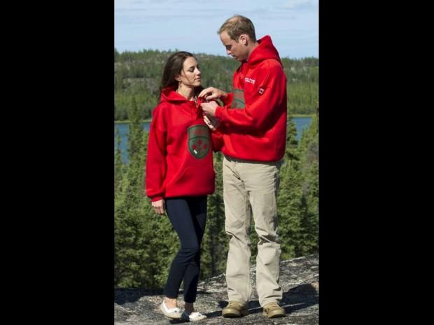 Julho de 2011 – William e Catherine usam sweatshirts dos Canadian Rangers numa visita ao lago Blatchford, no Canadá