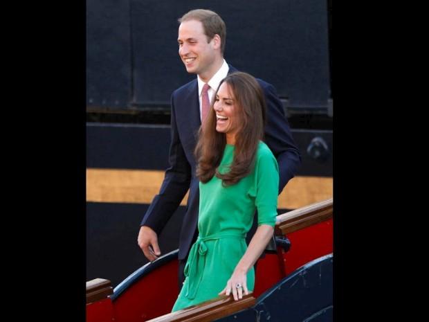 Julho de 2011 – William e Catherine abandonam sorridentes o Brittania, o iate real