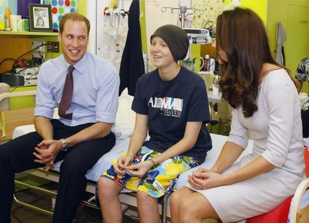 Setembro de 2011 – Com Digby Davidson de 14 anos, um paciente do Centro Oak para Crianças e Jovens no The Royal Marsden Hospital em Sutton, Reino Unido