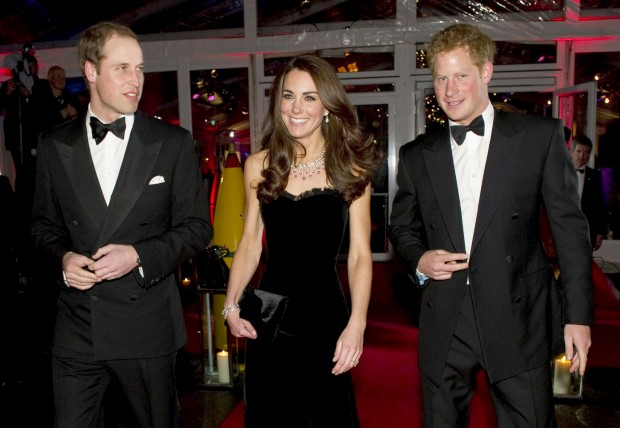 Dezembro de 2011 – Os príncipes William e Harry com a Duquesa de Cambridge, Catherine Middleton, na chegada à Night of Heroes, a cerimónia de entrega de prémios militares