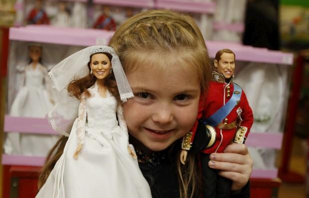 Agosto de 2011 – Uma menina de cinco anos com os seus bonecos de casamento William e Catherine, da Arklu, em Londres