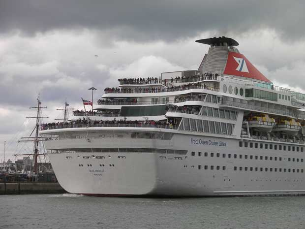 O momento em que o Titanic Memorial Cruise deixou o porto em Southampton, Inglaterra